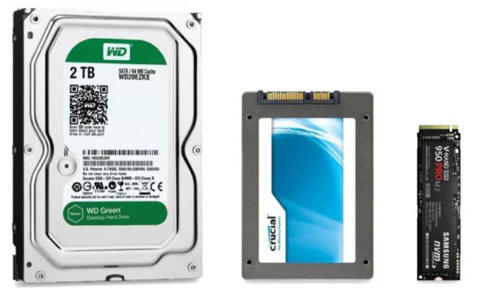 Un disc dur tradicional (esquerra) al costat d'un disc dur d'estat sòlid SSD (centre) i una unitat d'estat sòlid M.2 (dreta)